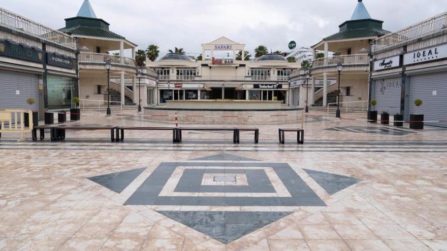 Vista de un centro comercial en la Avenida de las Américas, en el municipio de Arona (Tenerife).