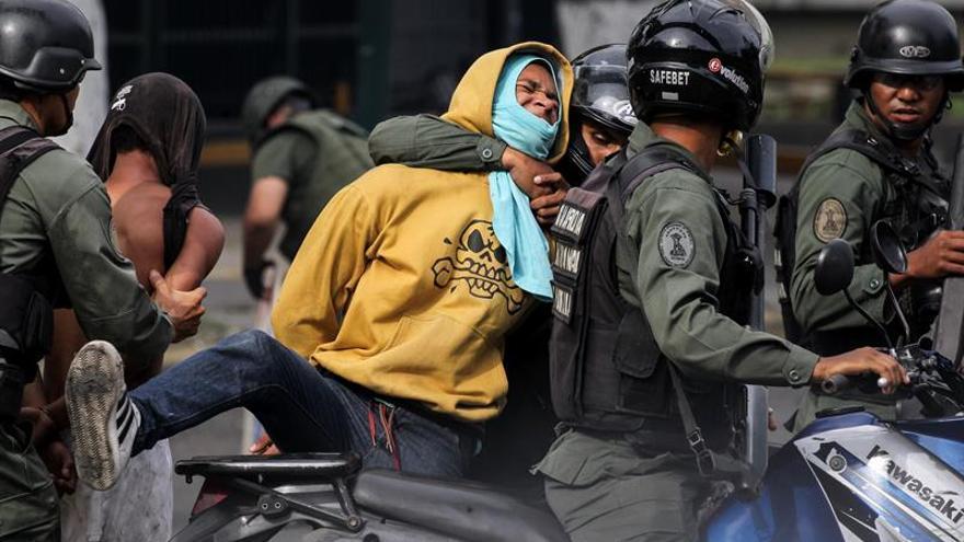 Un policía muere de un disparo en las protestas y Venezuela cifra en 108 las muertes