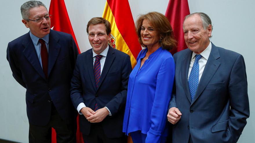 El nuevo alcalde de Madrid, José Luis Martínez Almeida,2ºiz., posa con los exalcaldes de Madrid por Partido Popular Alberto Ruiz Gallardón y Ana Botella.