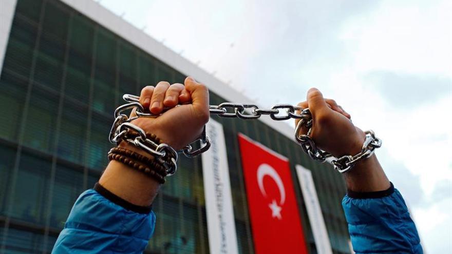 La policía turca detiene por golpismo a periodistas de principal diario opositor