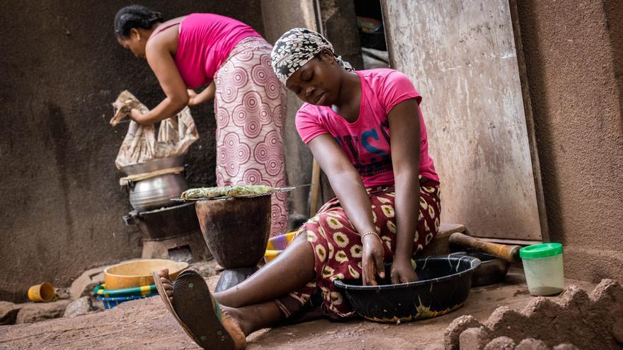 Dos chicas que trabajan en el servicio doméstico para una familia de Bamako preparan la cena. Cada una gana 15 euros al mes, la cifra habitualmente más alta.