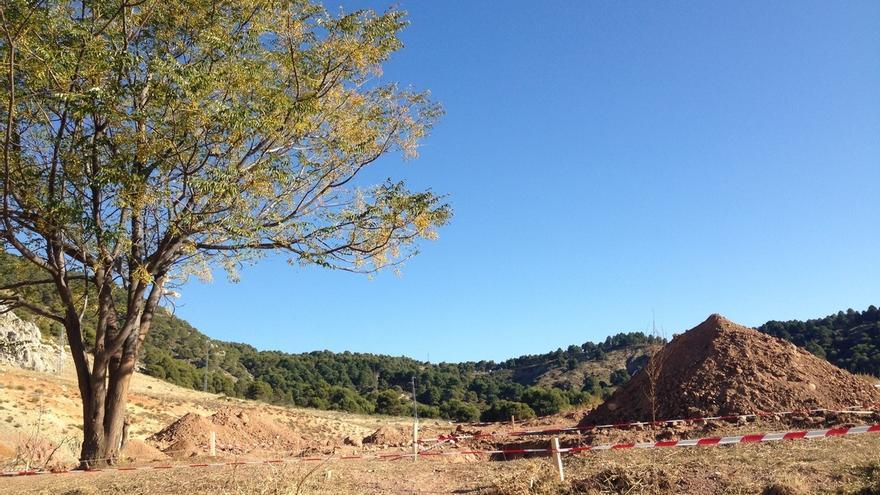 Las máquinas comienzan a retirar la tierra en la zona donde podría estar enterrado Lorca, en Alfacar