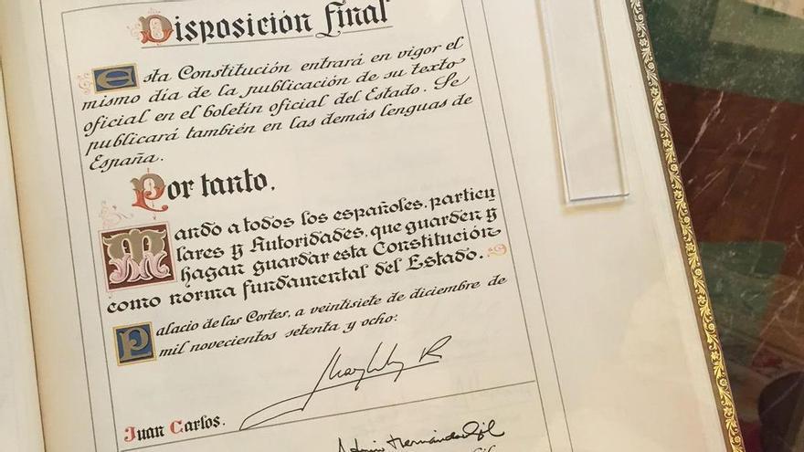 Exemplar de la Constitució de 1978 firmat per Joan Carles I.