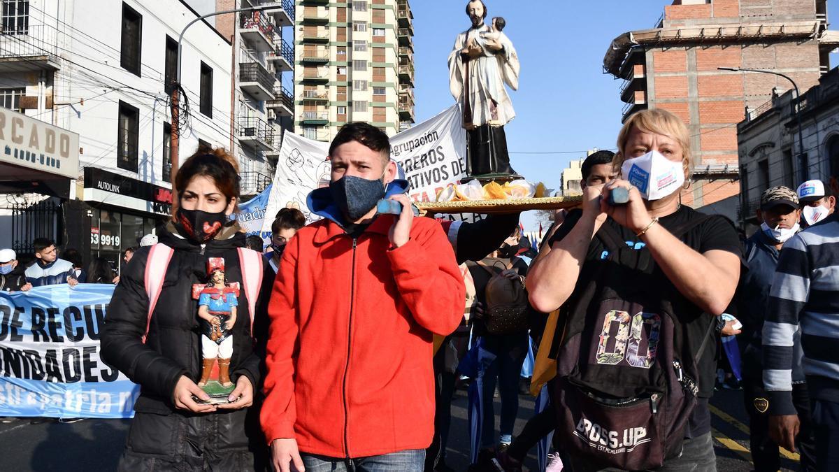 """Las organizaciones sociales que exigen """"Tierra, Techo y Trabajo"""" se concentraron en Liniers para marchar a Plaza de Mayo."""