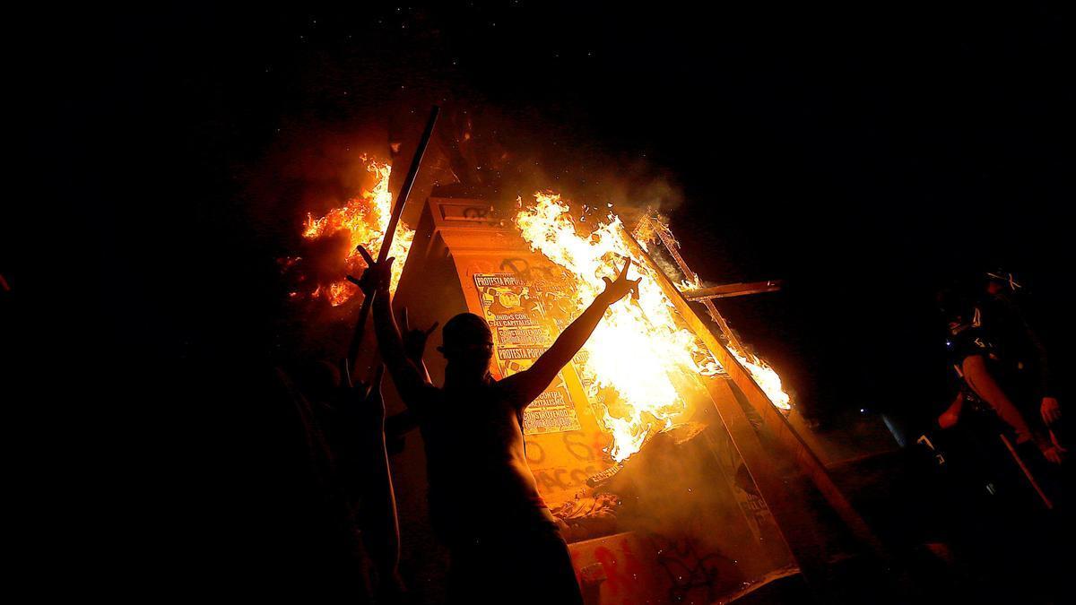 El monumento al General Manuel Baquedano en llamas, durante una protesta contra el gobierno del presidente chileno Sebastián Piñera, en Santiago de Chile.