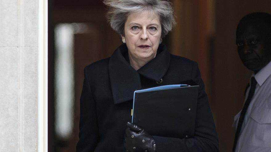 Theresa May sale de Downing Street para dirigirse al Parlamento e informar sobre el atentado.