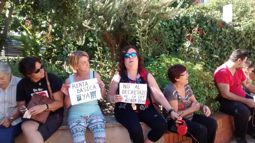 Recogida de firmas en Aldea Moret durante el encierro por la renta