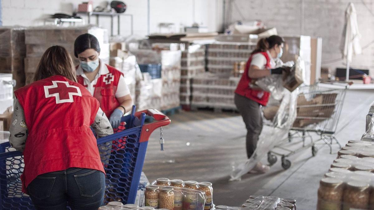 Voluntarias de Cruz Roja en un programa de reparto de alimentos.