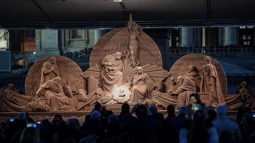 Inauguran un monumental nacimiento de arena y el árbol de Navidad del Vaticano