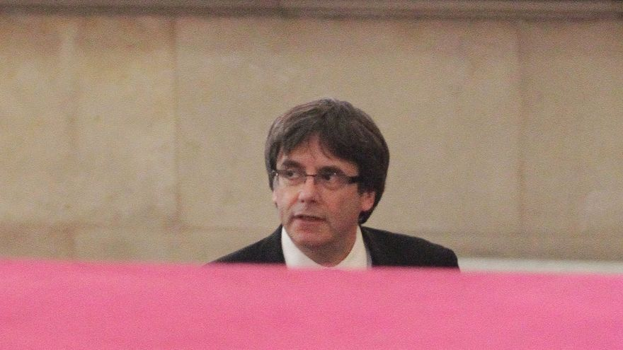 Descripción : Catalan regional President Carles Puigdemont arrives at the parliament in Barcelona, Spain, Tuesday, Oct. 10, 2017. Puigdemont will address to the Catalan parliament on Tuesday evening in a session that some have portrayed as the staging of an independence declaration for the northeastern region of 7.5 million, although others have said the move would only be symbolic.