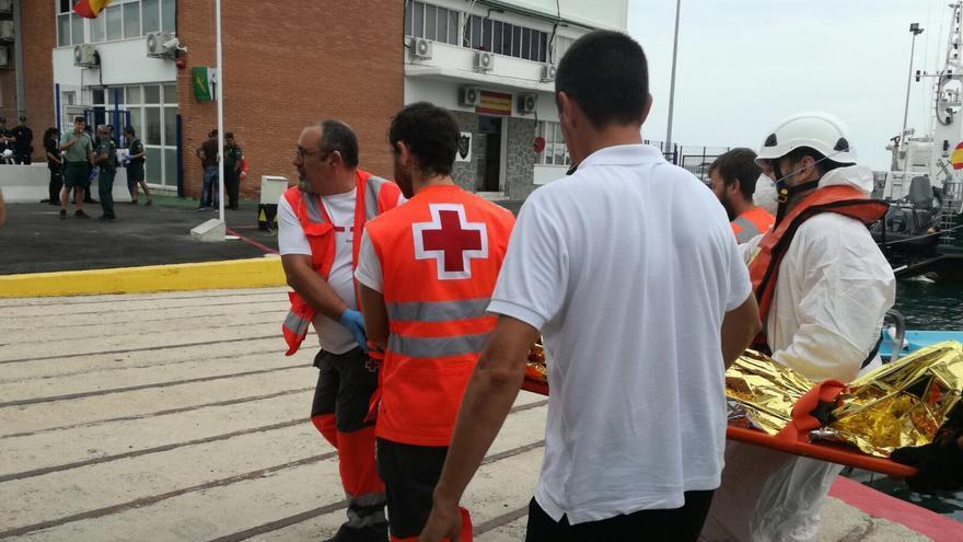La Cruz Roja atendió a inmigrantes llegados a Alicante en patera.