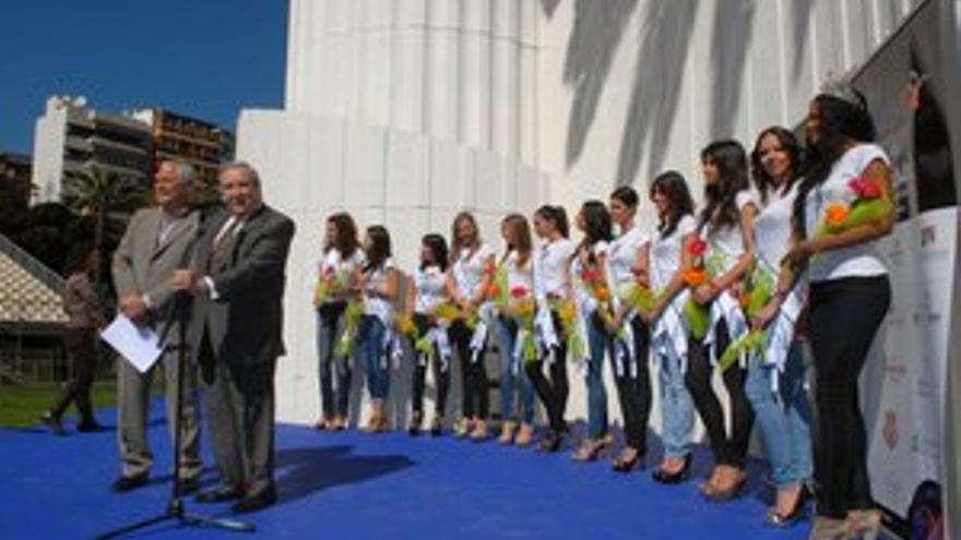 Jerónimo Saavedra y Sebastián Franquis, junto a las once candidatas. (ACFI PRESS)