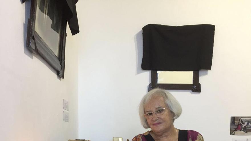 María Victoria Hernández junto a recreaciones de viejos usos de finado.