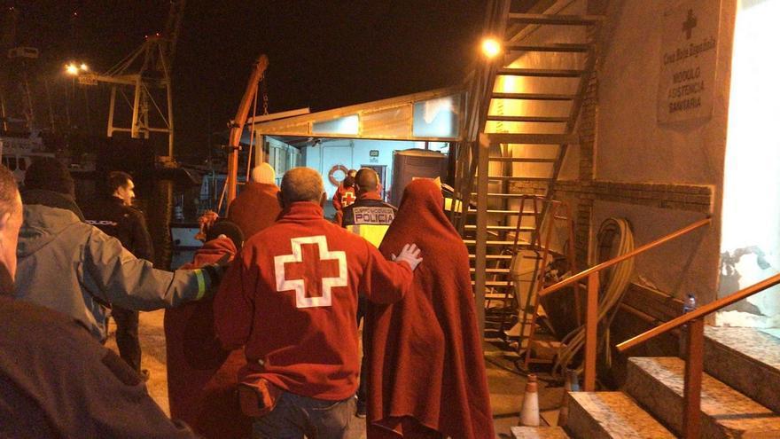Cruz Roja atendiendo a las personas llegadas en patera este fin de semana a Cartagena (Murcia)