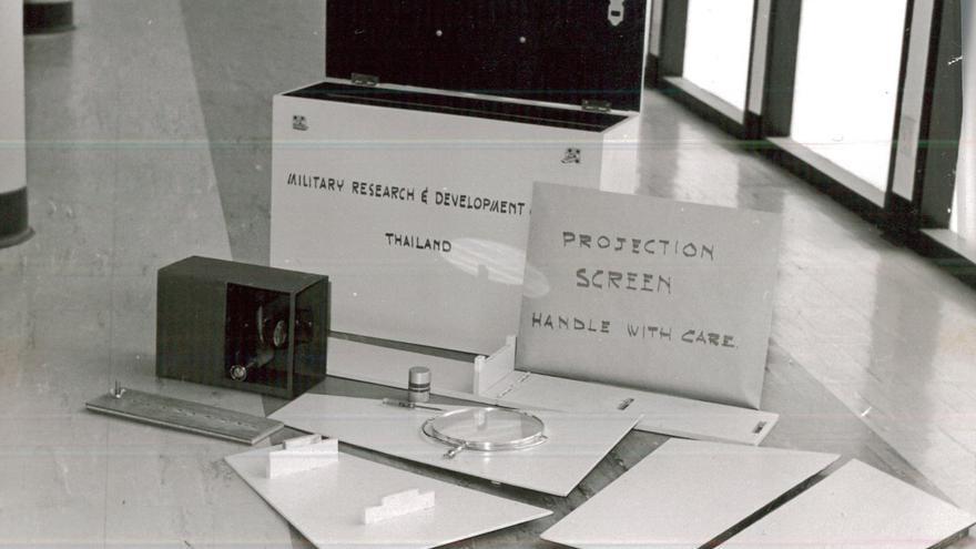 Caja con los materiales del proyector de DARPA que funcionaba con luz solar (Imagen: Cedida por Sharon Weinberger)