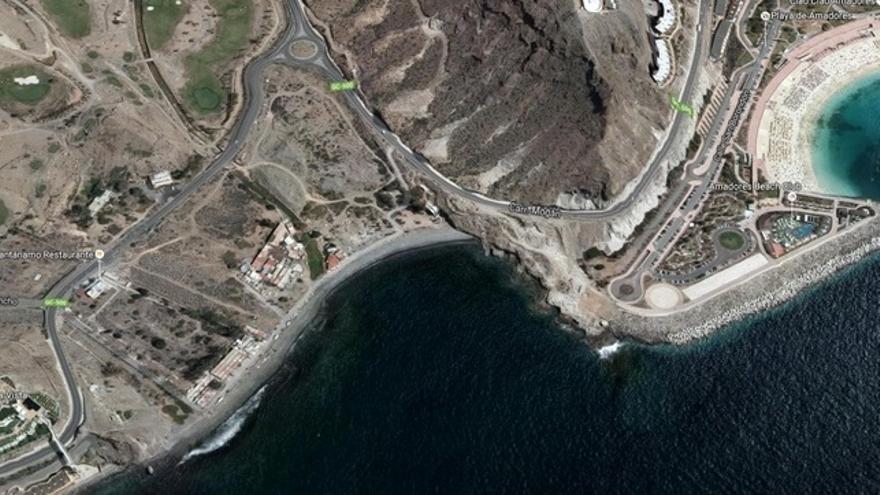 Vista de Tauro por los satélites de Google antes de que se transformara en la playa artificial de Anfi Tauro. En la parte derecha, se ve la playa artificial de Amadores