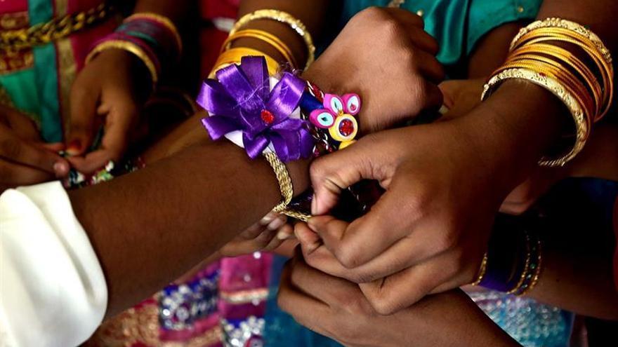 Pulseras a cambio de protección fraterna en el festival hindú de Rakhi