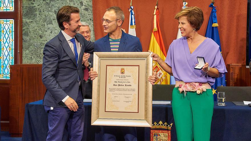 El presidente Carlos Alonso entrega el reconocimiento a su esposo y hermana, este viernes en el Palacio insular