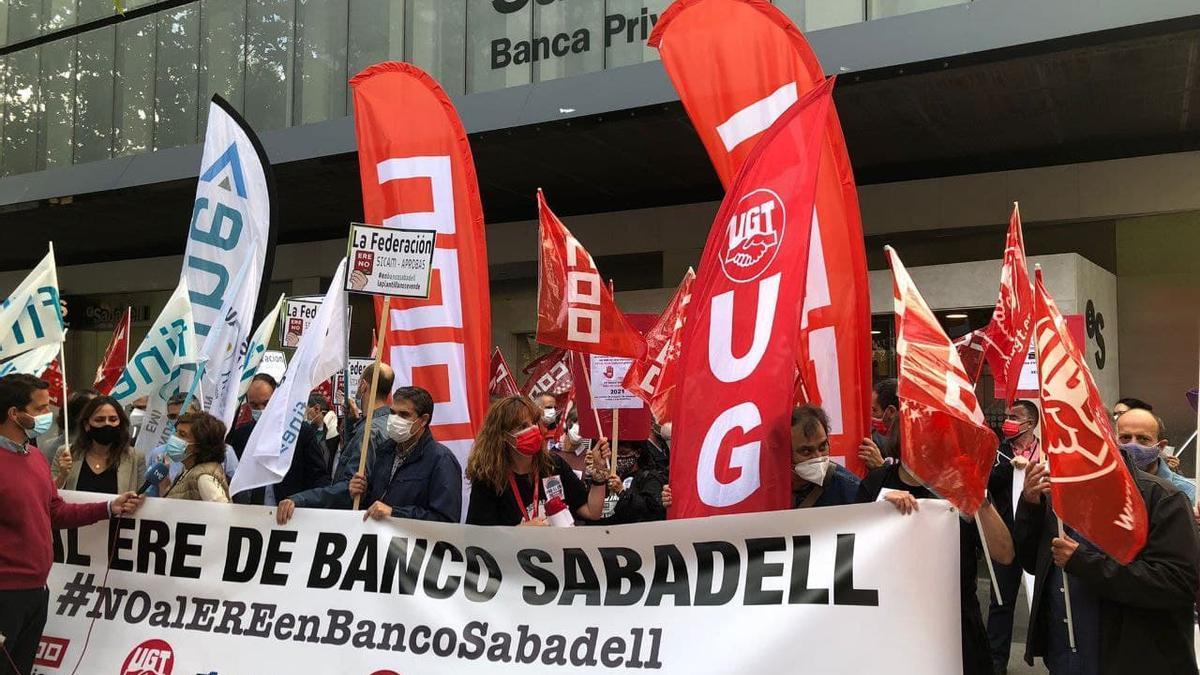 Protesta de trabajadores de Banco Sabadell en la sede del grupo en Madrid.