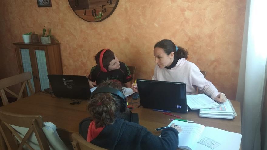 Marta, Víctor y Ana en la mesa que han habilitado en el salón para hacer sus tareas.