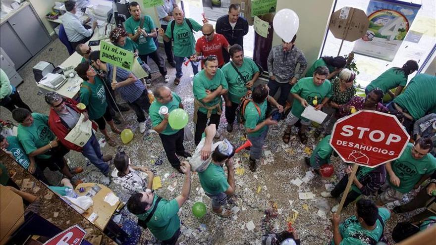 Miembros de la PAH ocupan una sucursal del Banco CEISS en Burgos