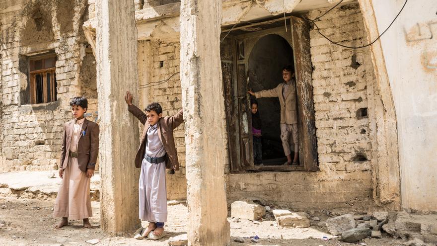 Gobernación de Saada en Yemen, Haydan, marzo de 2018. Niños de la familia Ghani posando frente a la entrada de su casa, bombardeada durante la guerra de Saada, entre 2004 y 2010.