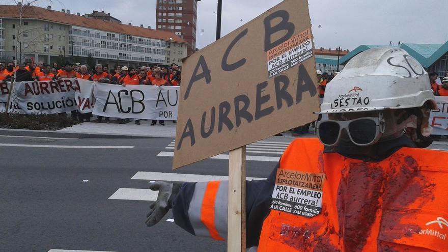 Concentración de los trabajadores de Arcelor Zumarraga frente a la sede del Gobierno vasco.