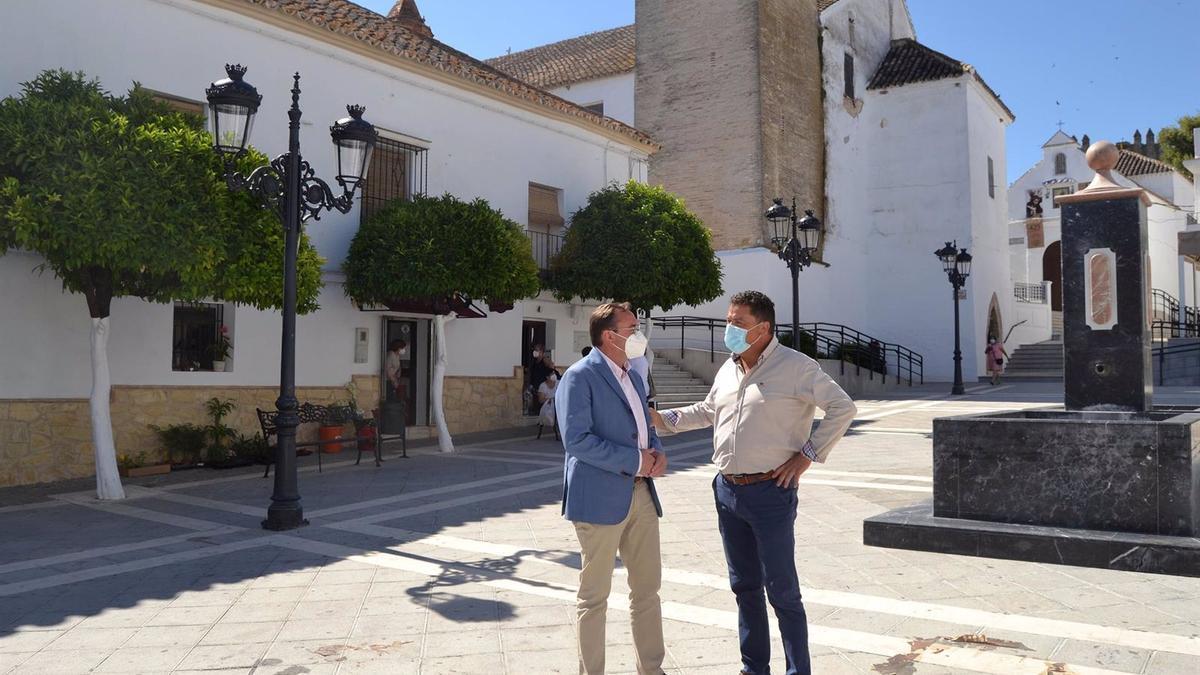 El delegado de Medio Natural y Carreteras de la institución provincial, Francisco Palomares (izda.), junto al alcalde de Montemayor, Antonio García.