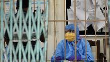Personal sanitario atiende a un paciente con coronavirus en el hospital Beleghata en Calcuta (India)
