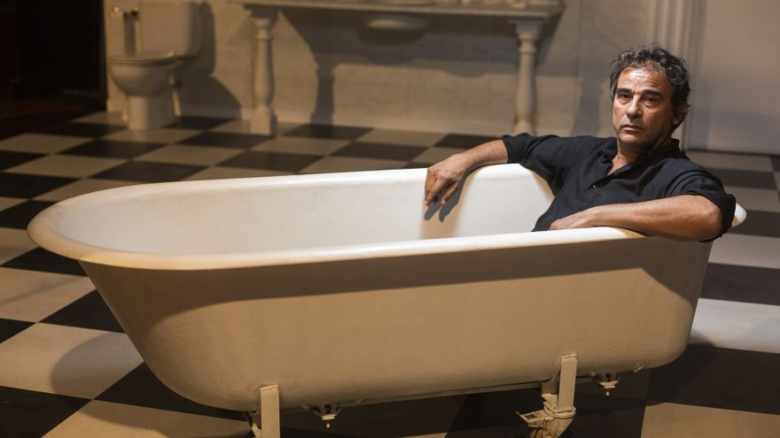 Eduard Fernández en la bañera de la obra Orgia, de la compañía The Mamzelles, también en el Lliure. EDU BAYER