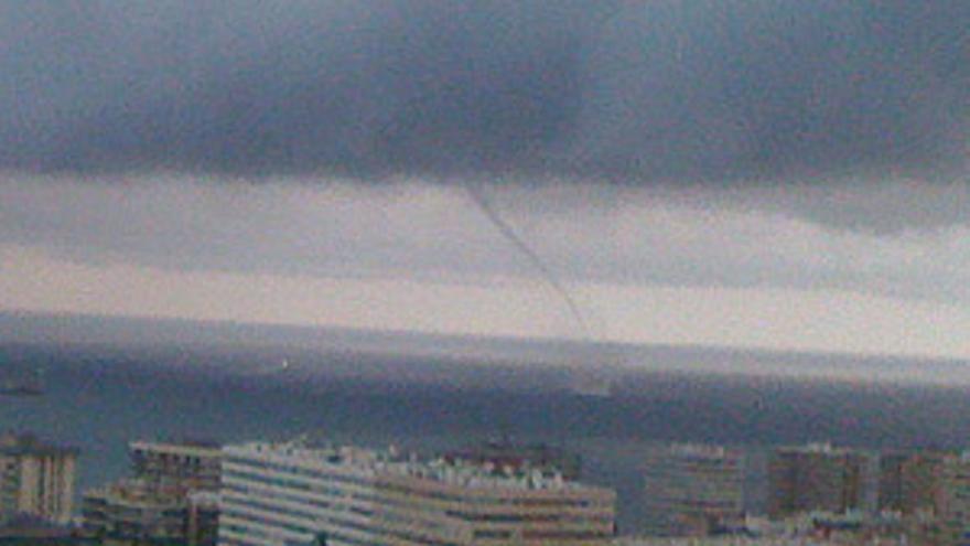 A las 19.45 horas se formó un pequeño tornado en la bahía de la capital grancanaria. (CANARIAS AHORA)