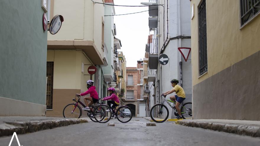 Unos niños circulan en bicicleta por las calles