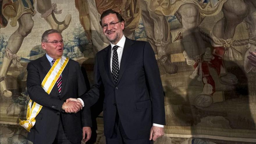 Rajoy resalta protagonismo hispano en EE.UU al condecorar a senador Menéndez