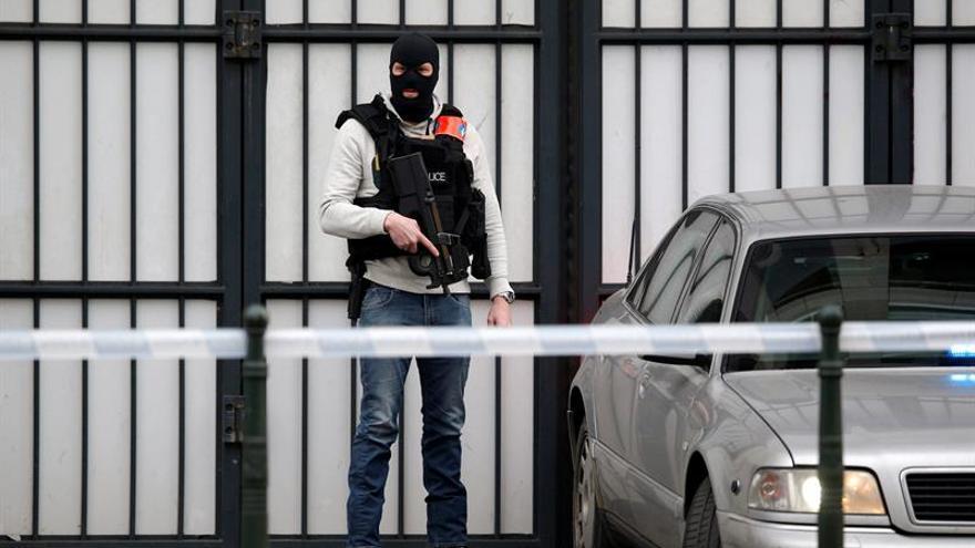 Individuo con cables en la ropa provoca una operación policial en Bruselas
