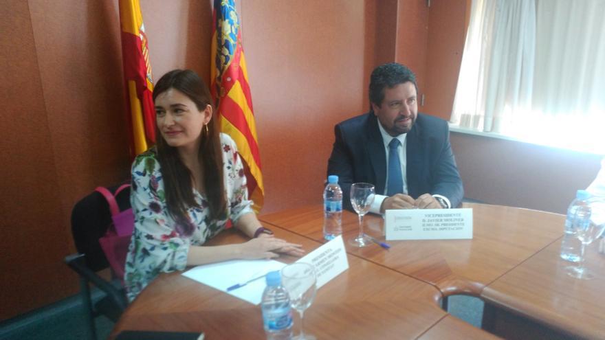 La consellera de Sanitat, Carmen Montón, y Javier Moliner, presidente de la Diputación de Castellón, en un Consejo de Gobierno del Hospital Provincial de Castellón.