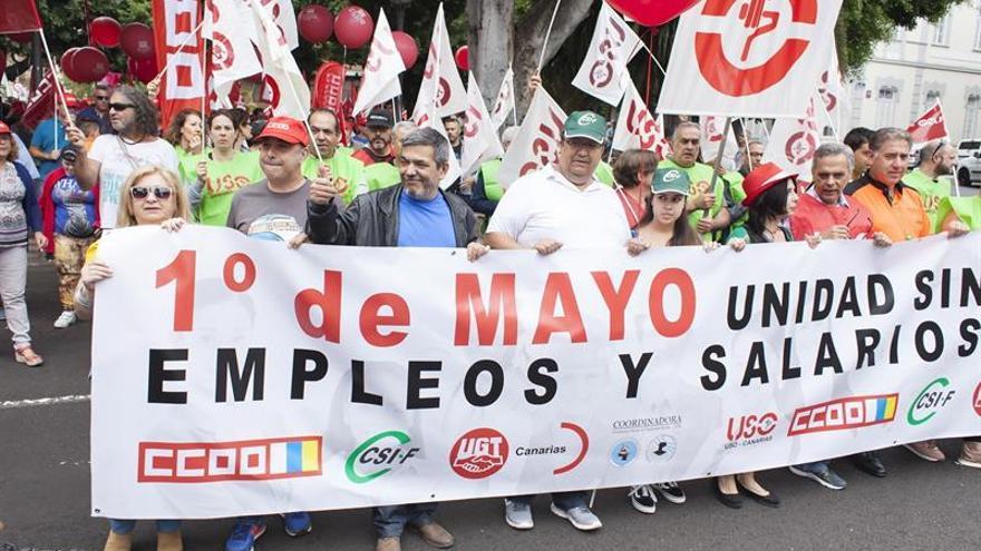 Manifestación convocada por los sindicatos CCOO, UGT, Cobas, FSOC, CUO, USO Canarias y CSIF en Santa Cruz de Tenerife con motivo del primero de Mayo y bajo el lema 'Por empleos y salarios dignos'. EFE/Ramón de la Rocha