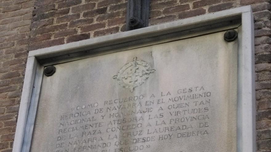 Placa con dos citas de Franco