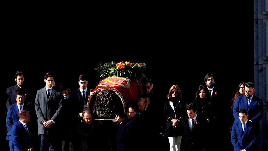 Familiares de Franco portan el ataúd a la salida de la basílica del Valle de los Caídos.