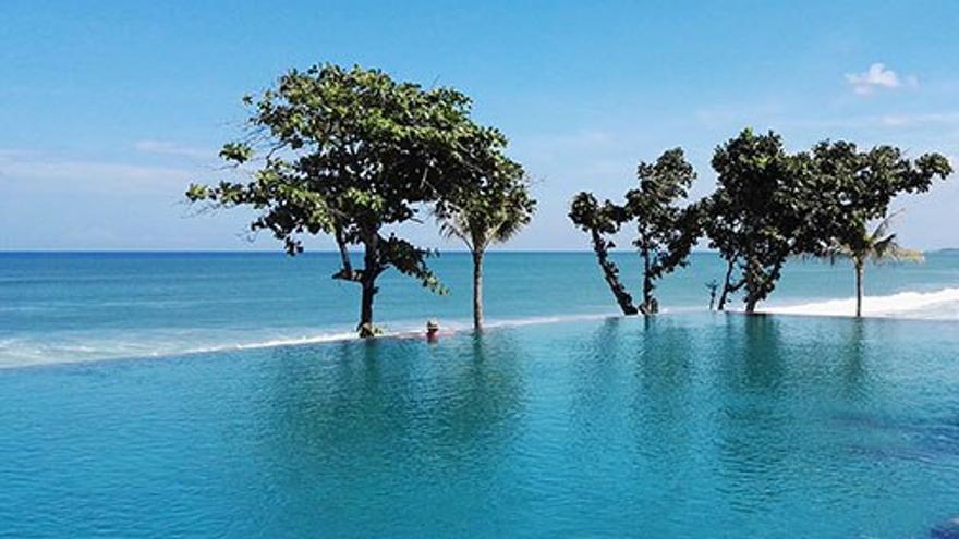 Piscina del hotel con vista a la playa. (Cedida a CA)