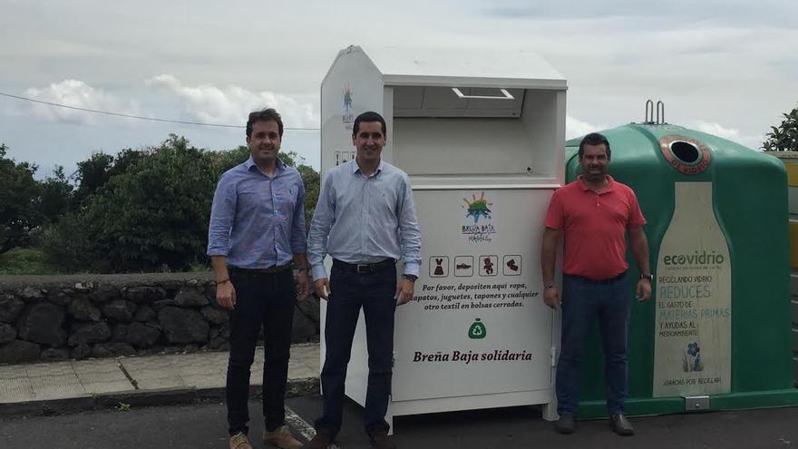 En la imagen (izquierda), el concejal de Asuntos Sociales, Fran Martín, y el alcalde de Breña Baja, Borja Pérez, junto a uno de los contenedores