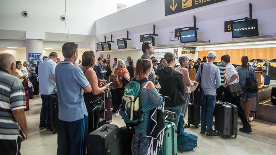 Un grupo de pasajeros espera para facturar sus equipaje en el mostrador de Ryanair en el aeropuerto César Manrique de Lanzarote