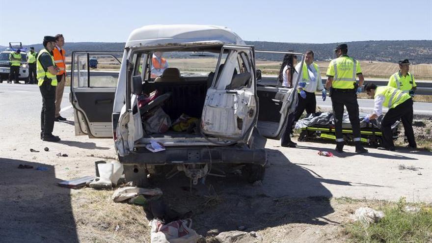Dos muertos y 7 heridos al arrollar un camión un todoterreno con temporeros