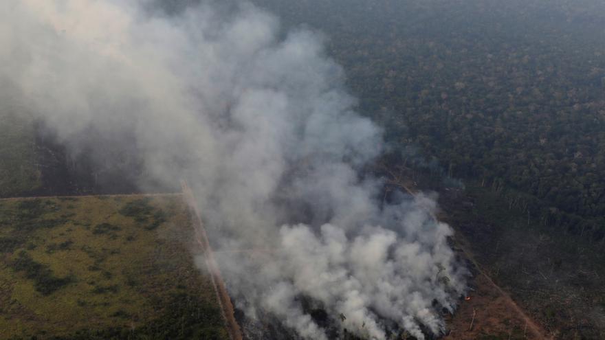 Nube de humo durante un incendio en un área de la selva amazónica cerca de Porto Velho, Brasil, 21 de agosto de 2019