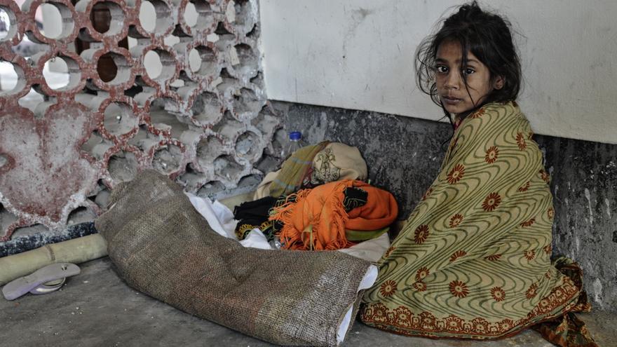 Una niña vive en la estación central de Dacca (Bangladesh), donde los abusos sexuales y físicos, así como el consumo de drogas, son habituales./ Zigor Aldama.