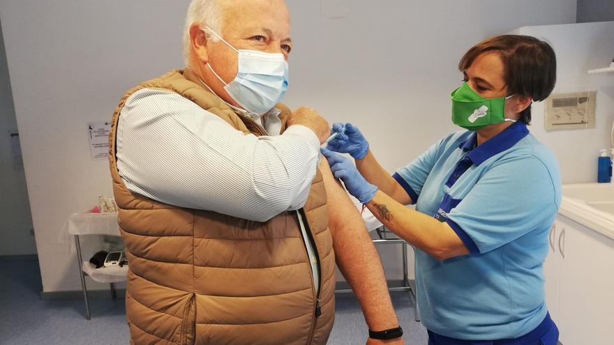 El consejero de Salud, Jesús Aguirre, se vacuna contra el Covid-19.