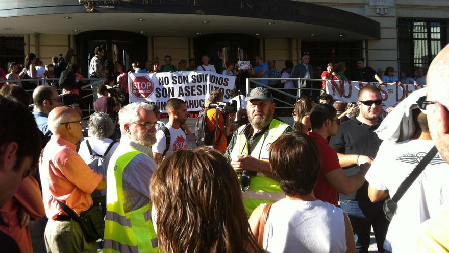 Protesta ante la sede de la EMVS tras el suicidio de Amparo. \ S.P.