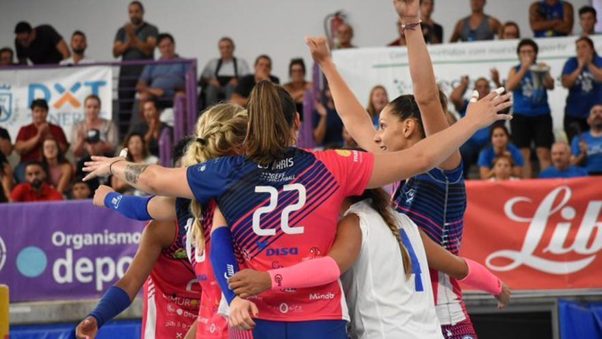 Las jugadoras blanquiazules celebran el triunfo logrado en el derbi regional