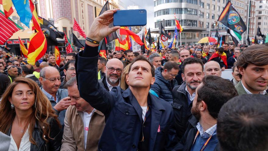 Albert Rivera se hace un 'selfie' al frente de la última manifestación de Jusapol: a la derecha, Pablo Montesinos