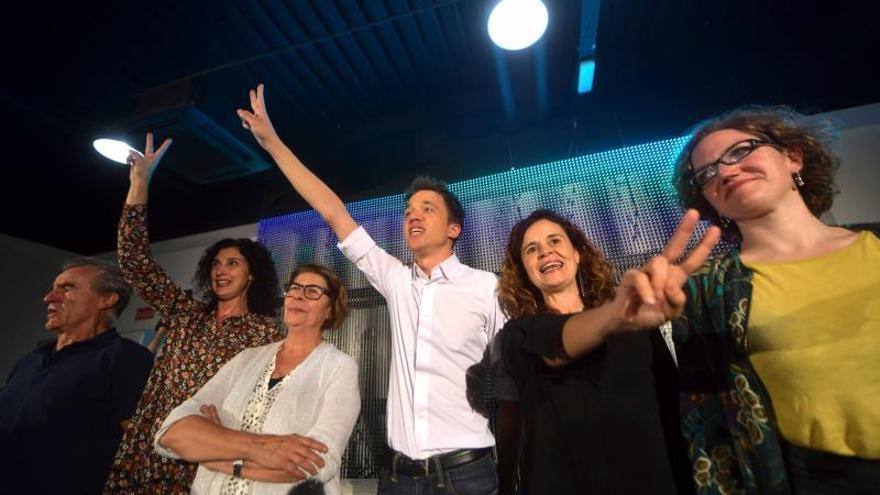 El líder de Más País, Íñigo Errejón (c), acompañado de la eurodiputada del Grupo de los Verdes/Alianza Libre Europea, Marie Toussaint (d), y la candidata número 1 de la formación por Sevilla, Esperanza Gómez (2d), saludan a los asistentes al acto de inicio de campaña que ha tenido lugar esta noche en Sevilla.EFE /Rafa Alcaide