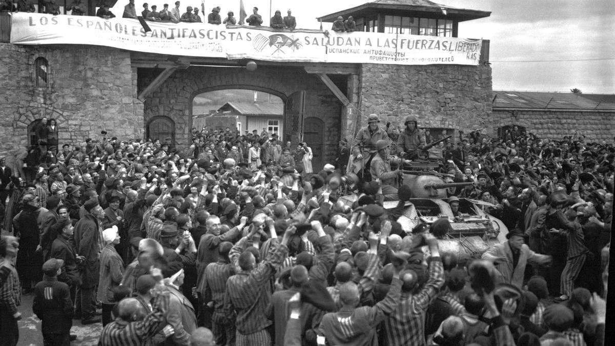 Campo de concentración nazi de Mauthausen. Prisioneros saludan a la 11ª División Acorazada de los EE. UU. por su liberación.